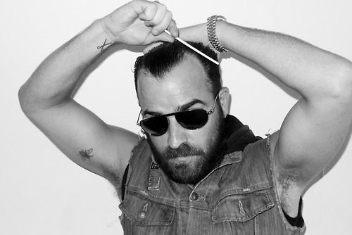 Justin Theroux combing his hair… i love his beard!