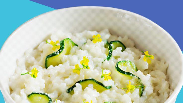 Zucchini Reis Brei mit Kalbfleisch in einer Schale angerichtet.