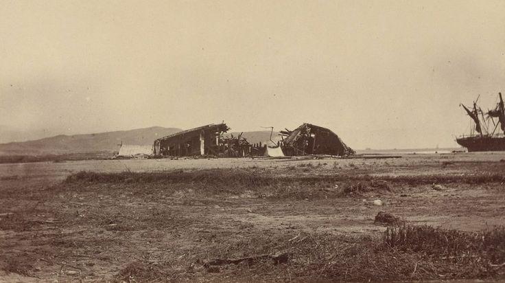 El Chañarcillo, barco ingles que fue destruido por el tsunami del 13 de agosto de 1868. En esta fotografía de gran nitidez puede apreciarse perfectamente el morro al fondo. El otro barco que se alcanza a ver es el BAP America