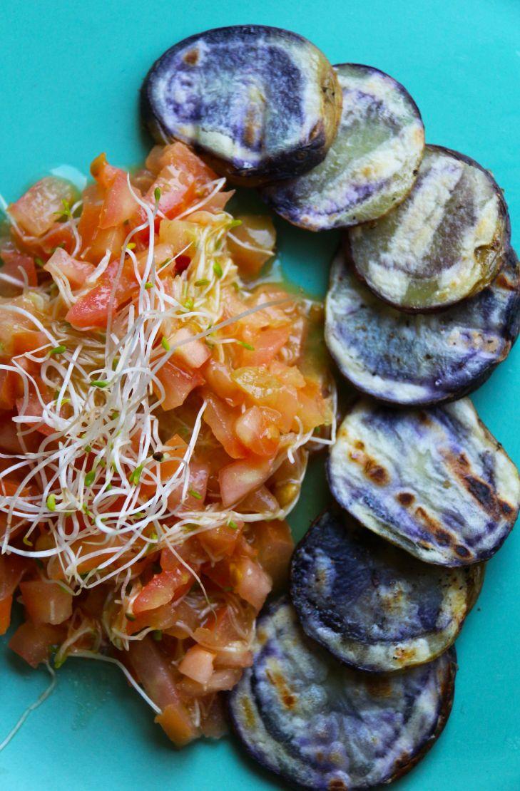Receta de Papas Chilotas a la Parrilla con Ensalada de Tomate y Brotes de Alfalfa | CherryTomate