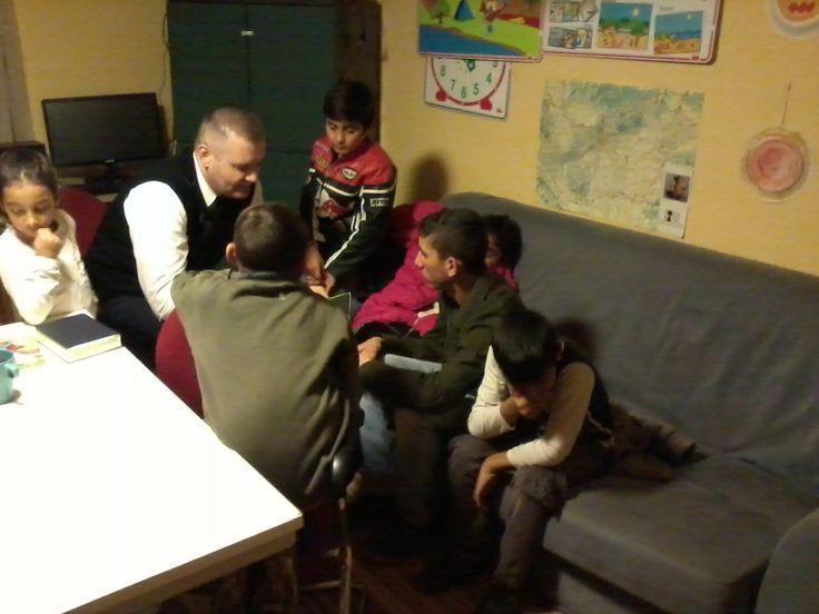 A gyöngyösi szegregációban a Duránda városrészben, a Máltai Szeretetszolgálat közösségi házában. Itt van lehetőségünk hetente szolgálni a gyerekek felé Isten igéjével.