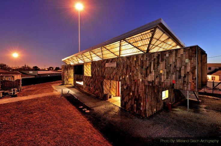 Çocuk tiyatrosu, Langa kasabasının merkezinde yer alan ve Carin Smuts tarafından tasarlanan Guga S'Theb Sanat ve Kültür Merkezi'ne eklemleniyor. Çocuklar, gençler, sanatçılar ve turistler için bir cazibe noktası haline gelmeyi amaçlayan proje, yeni yapı ile amfi tiyatro arasında, açık hava aktiviteleri için alternatif bir mekan sunan üçgen bir meydan tanımlayacak şekilde araziye yerleşiyor.  Yapının konumu ve doğrultusu; Apartheid döneminde oluşmuş ve o zamanlar eski kışla ve postane…