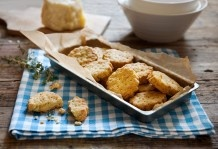 Biscotti salati al pecorino e timo  // Pecorino and thyme crackers