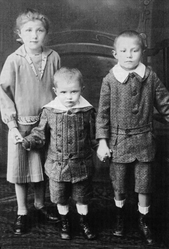 The siblings Maria, Joseph, and Georg Ratzinger