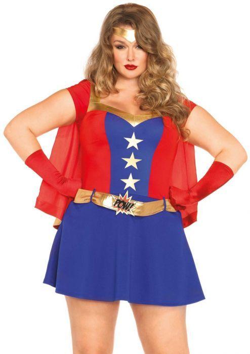 """Superheld Grote Maat Een grote maat superhelden kostuum gebaseerd op een stripboek. Deze Marvel dame is zo uit een stripboek gestapt! Dit 3-delig superhelden kostuum bestaat uit een jurk met sterren, een riem met """"POW!"""" erop, een vastzittende cape met """"BANG!"""" erop en een bijpassende haarband. De lengte in maat 1XL-2XL, gemeten vanaf de schouder, is 101cm. Het model is 185 cm lang en draagt maat 1XL-2XL.  Set bestaat uit: - Hoofdband - Jurk - Riem"""