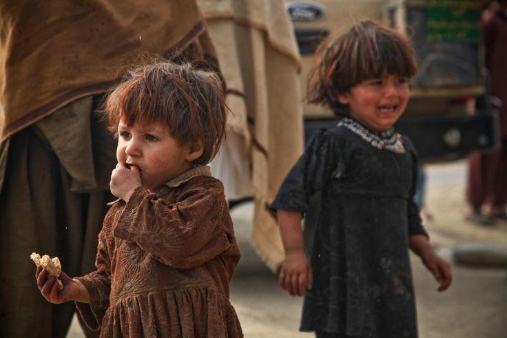 Niñas afganas caminan entre la multitud en Nangarhar, Afganistán [Imagen: U.S. Army]
