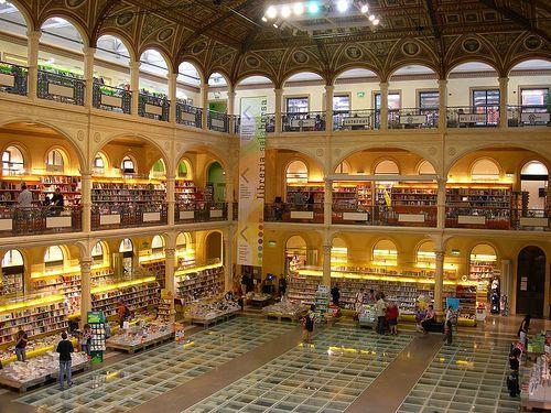 Dopo molteplici usi (orto botanico nel '500, residenza delle Regie Poste e sala per le contrattazioni di borsa nell'800, palasport nel secondo dopoguerra),è divenuta Biblioteca Comunale solo nel 2001.
