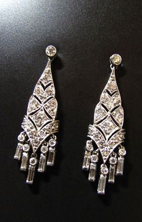 VERY TYPICAL ART DÉCO DIAMOND EARRINGS CIRCA 1920, PLATINUM