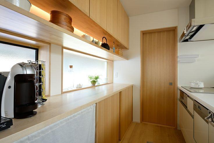 キッチンのトールキャビネットの下にお気に入りの小物が飾れる棚をつくりました。LEDの間接照明がバックライトになります。