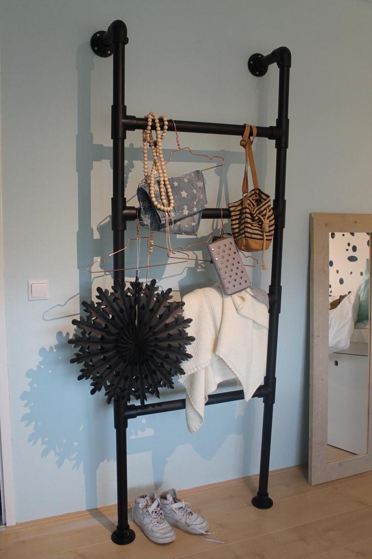 Steigerbuizen worden steeds populairder. Niet gek, want met steigerbuizen is makkelijk te werken. Binnen een handomdraai kun je de mooiste creaties maken, zoals deze te gekke decoratie ladder. Handig om tassen, sjaals of kleding aan te hangen!