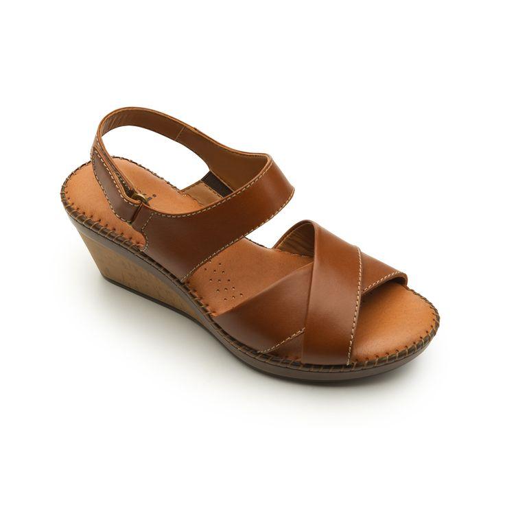 Línea de sandalia casual de cuña que ofrece gran comodidad gracias a su  construcción.Cuenta