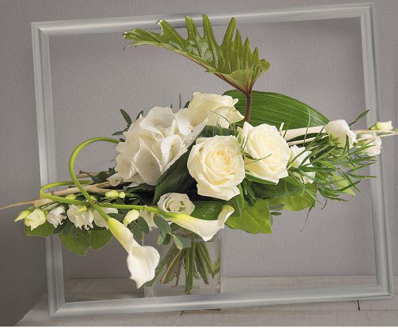 Songe Bouquet horizontal de roses et hortensia blancs avec travail de feuillage graphique #mariage #création #fleurs #décoration