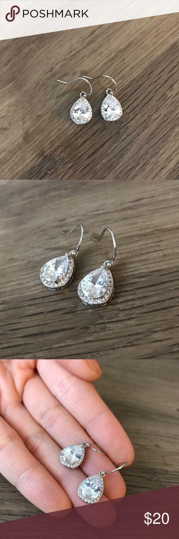 Simple cubic zirconia pear drop shape earrings In good condition Jewelry Earrings