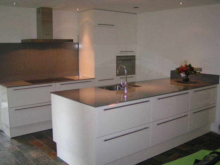 Kookdeel en spoeleiland met veel laden, brede grepen en composiet 1.2 cm dik werkblad en volledige rugwand bij kookdeel - Wijk bij Duurstede
