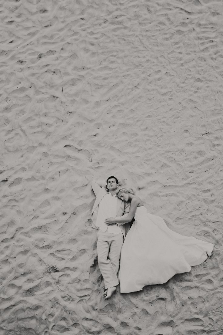 Wedding picture idea- Black&White Bride and Groom in the sand - Love forever