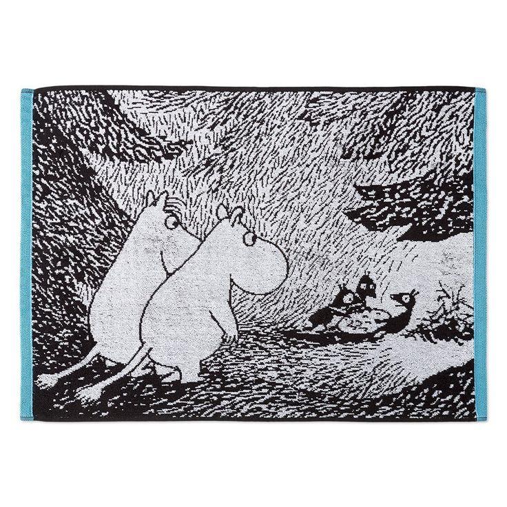 The beautiful black and white bath towel with illustrations from Tove Jansson's book Moominsummer Madness. The towel is made of 100 % cotton and is a great companion at home or at the summer cottage. Size 50 x 70cm.Finlaysonin kaunis mustavalkoinen pyyhe jossa kuvitus on Tove Janssonin kirjasta Vaarallinen juhannus. Pyyhe on 100 % puuvillaa ja se sopii yhtä hyvin kotiin kuin kesämökillekin. Koko 50 x 70cm.Vacker svartvit handduk av Finlayson, bilden är från Tove Janssons bok Farlig…