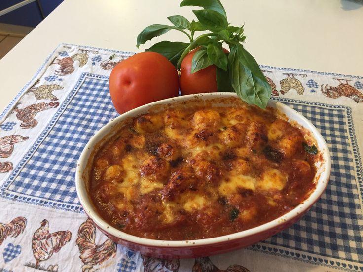 Gnocchi alla sorrentina  http://www.cucinaconbenedetta.com/?p=6145  Degli gnocchi alla sorrentina non posso dirvi nulla che probabilmente già non sappiate. Sono favolosamente semplici e buonissimi, uno dei piatti italiani più conosciuti, e non a caso. Naturalmente sarebbe bene fare gli gnocchi in casa, ma se non potete o non volete, usate gnocchi già pronti, se...  #Primipiatti, #Ricette #Benedetta #Cucina
