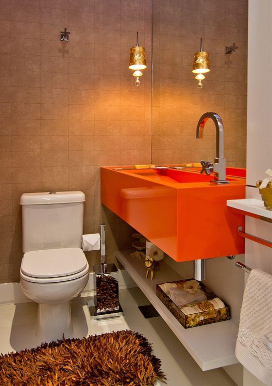 No lavabo, foi utilizado laca cinza. A bancada em Silestone laranja deu o toque final junto com o papel de parede.