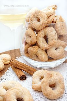 Ciambelline al vino bianco e cannella - White wine and cinnamon cookies