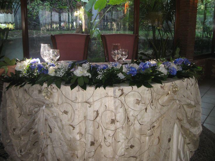Allestimento Tavolo Sposi Con Peonie foglie e lisianthus Indaco