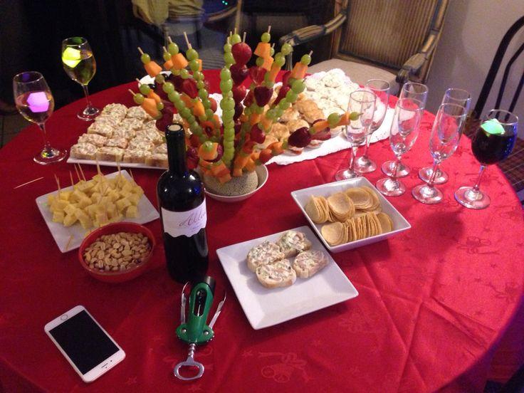Coctel de año nuevo, con brochetas de frutas, tapaditos y hielos led