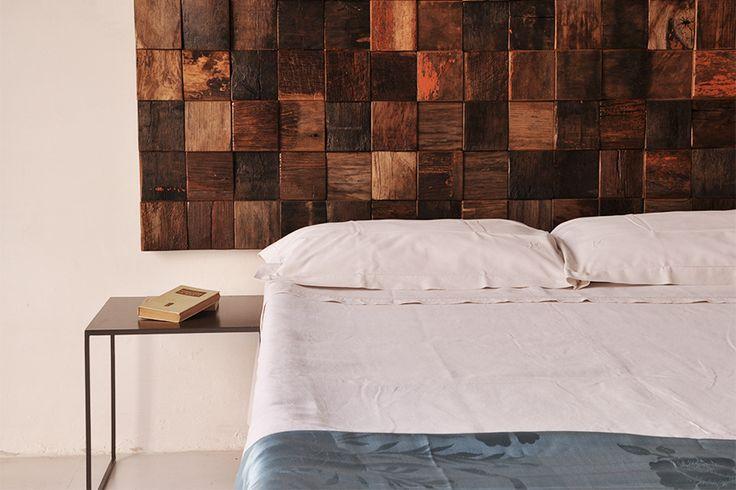 Interior design recupero testiera realizzata con il legno di vecchie botti del vino sagomati in forma regolare ed assemblati. le superfici sono state accuratamente trattate per essere piacevoli al tatto, evitare punti di SESTINI E CORTI