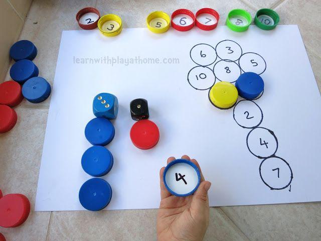 Leuke manier om met oude doppen een spel te maken, waarbij tellen, herkennen en optellen ( twee dobbelstenen) komen kijken. Makkelijk aan te passen aan het niveau van het kind.