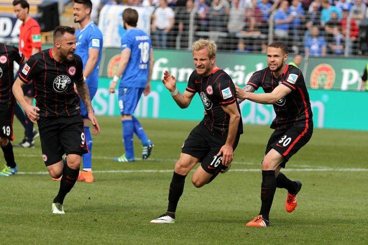 In einem hart geführten Hessenduell hat Eintracht Frankfurt am Samstag, 30. April, im Merck-Stadion am Böllenfalltor gegen den SV Darmstadt 98 mit 2:1 (0:1) gewonnen – dank einer starken kämpferischen Leistung und den Toren von Hasebe (56.) und Aigner (83.) Die Darmstädter waren durch Vrancic (12.) in Führung gegangen. Unsere Bilderstrecke zeigt Impressionen vom Match.
