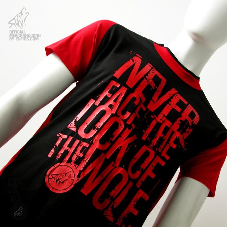 """La camiseta Brook Negra/Roja EVR es de alta calidad, unisex, bicolor con manga reglan y apertura lateral en el cuello, 100% algodón, peinado y pre-encogido en punto liso.    Esta camiseta es serigrafiada en la parte central del pecho con Nerver face the look of de wolf. en color rojo. En la espalda en la parte central de arriba a bajo el diseño del lobo y Energy drink en rojo.    Esta camiseta se puede encontrar en las siguientes tallas """"S"""", """"M"""", """"L"""", """"XL""""."""