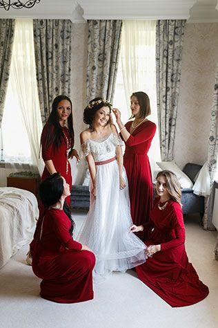 Яркая свадьба с красными акцентами, подружки невесты