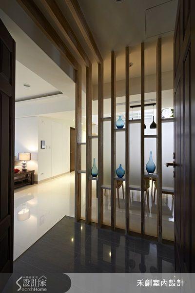 格柵+噴砂玻璃刻意不做滿 木頭的材質相當穩重,在玄關刻意做成穿透式的格柵,也不貼滿噴砂玻璃,以免有一進門就被整面牆
