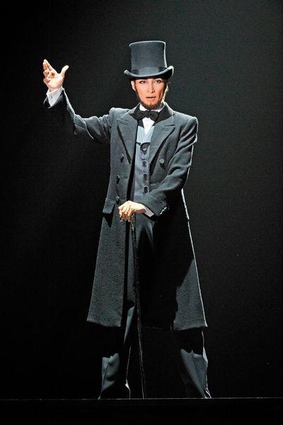 写真:「For the people」でリンカーンを演じる轟悠=大阪市北区、滝沢美穂子撮影