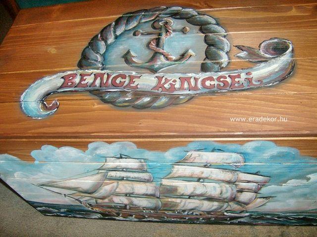 Vitorláshajó mintás, névre szóló festett játéktároló láda. Fotó azonosító: JATNORVIT06