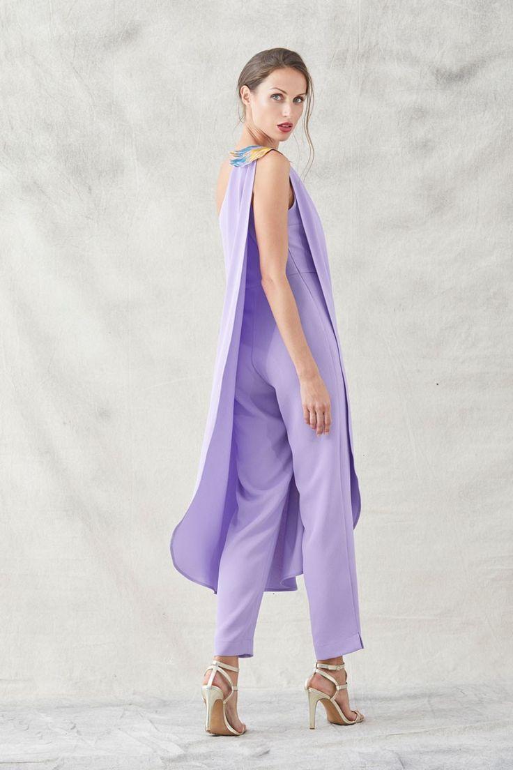 monos lila pantalon pitillo con capa y bordados en forma de pez para invitadas de boda eventos bautizos apparentia