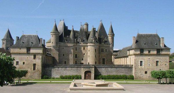 """La seigneurie de Jumilhac, située aux confins des châtellenies d'Excideuil et de Bruzac, possédait au 13° un repaire dénommé la Bruchardie. Ce dernier, grâce à la fortune d'Antoine Chapelle, son propriétaire, deviendra la """"perle noire"""" du Haut-Périgord"""
