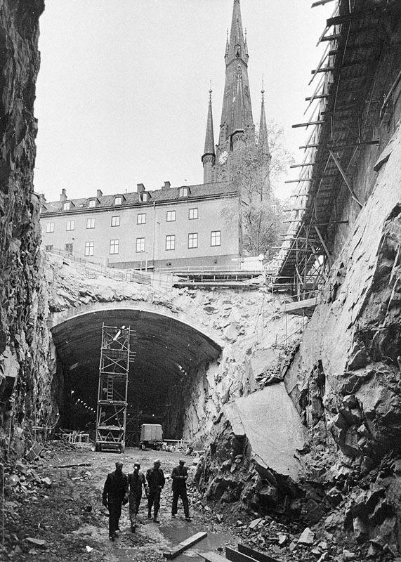 Tunnelbanan byggs. Vy från Vasagatan 22 österut genom rivna kv. Kajan. 1950-53