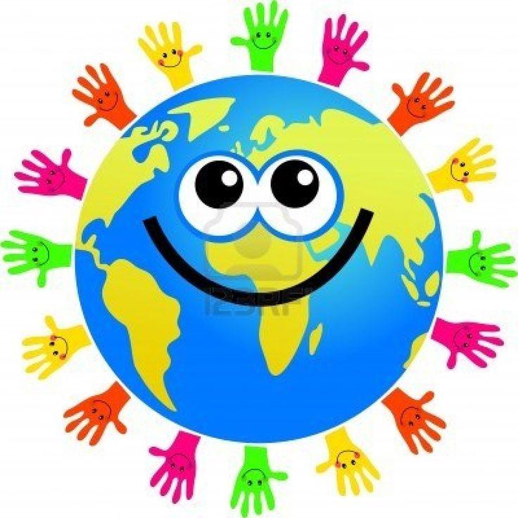 gelukkig wereldbol omringd door de handen in verschillende kleuren met lachende gezichten Stockfoto