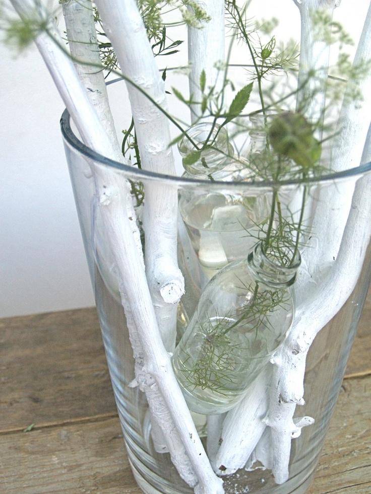 Idee: vaas met dikke witte takken met daartussen kleine vaasje met groen of bloemen
