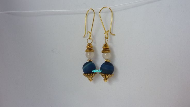 Boucles d'oreille en perles d'agate bleue dépolie à rayures et d'agate blanche de la boutique WaksuBijoux sur Etsy