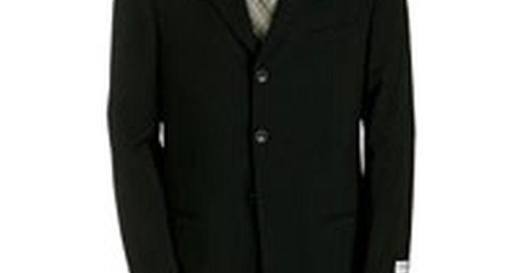 Cómo detectar ropa Armani falsa. La marca Armani es sinónimo de verdadera elegancia. Ningún otro diseñador encarna líneas clásicas y materiales exquisitos como lo hace Armani. Desde sus hermosos trajes para hombres a sus detallados vestidos de noche, su ropa siempre es clásica, elegante y bien hecha. La marca Armani se divide en varias líneas individuales, que atienden a los ...