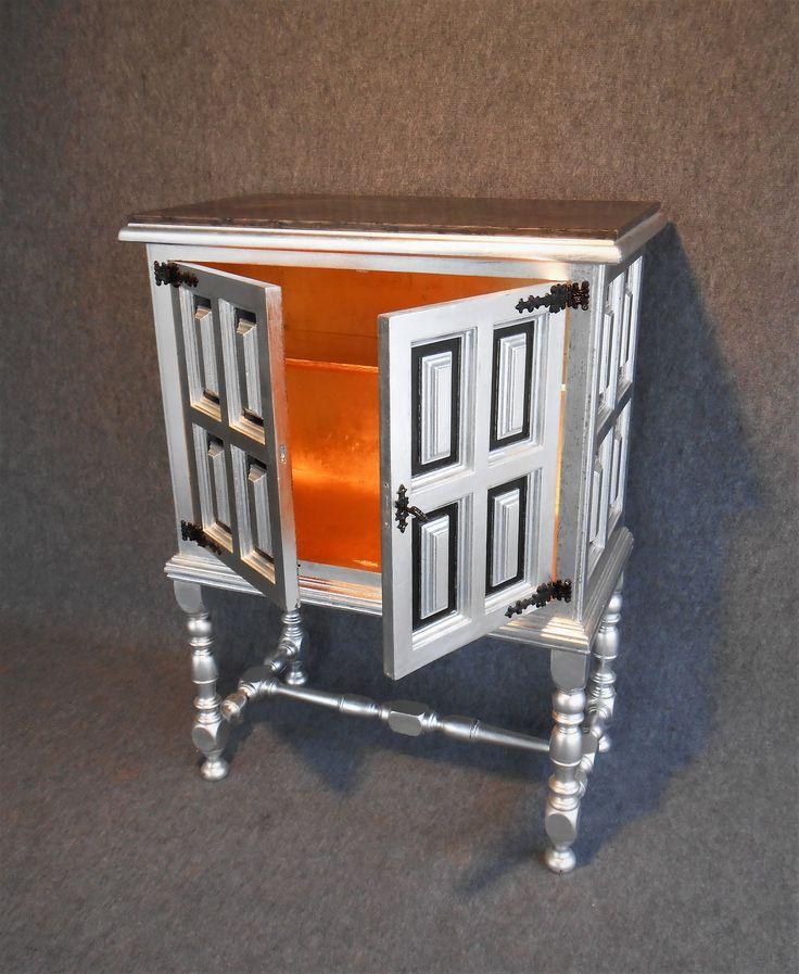 Mobile in stile Spagnolo degli anni 60. Particolare della decorazione dell'interno con foglia oro.