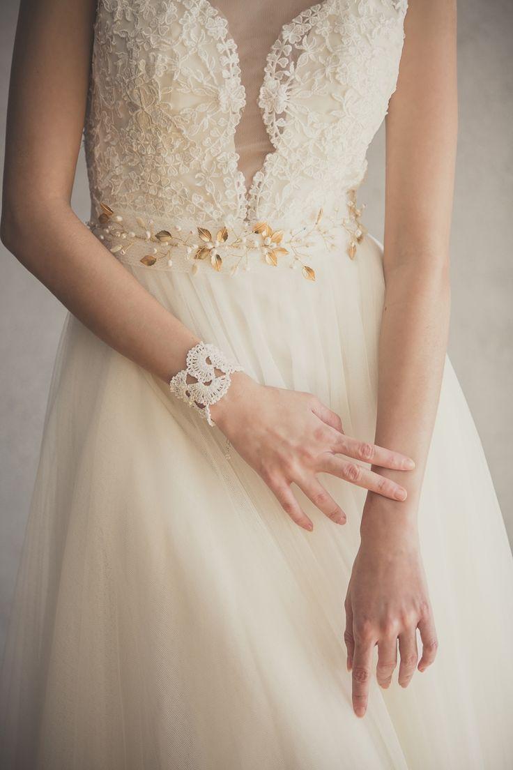 Fajón con enredadera sobrepuesta de hojas metálicas con perlas y cristales. Fotografía Valeria Duque