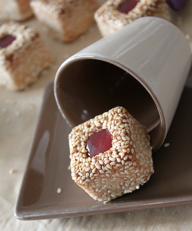 Délices d'Orient: Petits fours aux sésames - Sesame Petit Fours. Recipe in French but there is a translate option on page