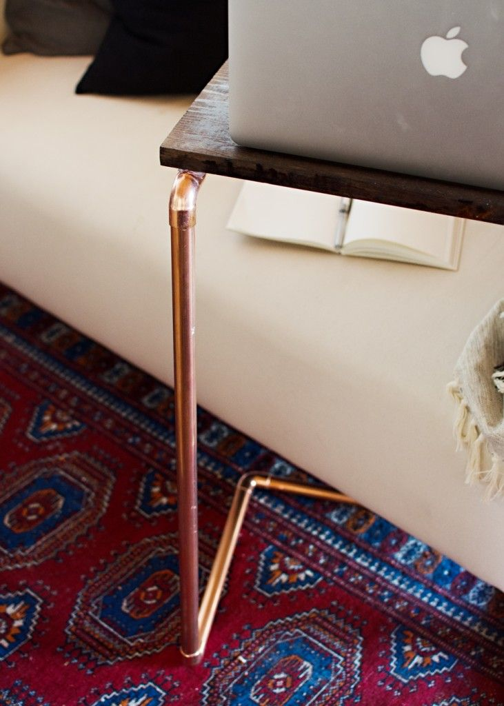 Un tavolino per il tuo portatile: servono 8 raccordi, 8 pezzi di tubo, una tavola rettangolare di legno e un po' di colla...
