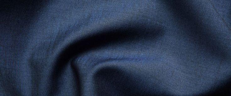 Vitale Barberis Canonico Superfine Kid Mohair  Il tessuto Superfine Kid Mohair è realizzato in azzurro avion. Questo tessuto si presta a doppi petti o petti singoli a lance, in grigio chiaro sembra preferire la semplicità dei due bottoni.