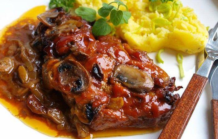 Hlavní jídlo pro hladové chlapy. Šťavnaté krkovičková plátky podávané s bramborovou kaší.