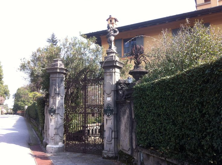An old front gate on our walk between Verbania & Palanza
