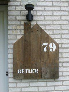 naam en huisnummer bord van een oude pallet
