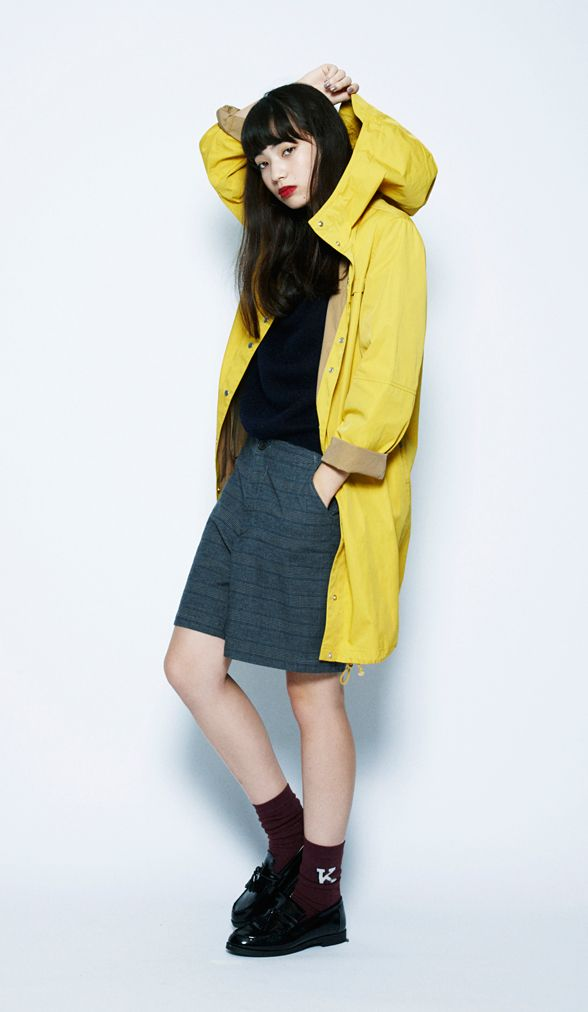 This yellow hooded coat is recommended for the fall season. We added a dark-tone inner shirt to add contrast to the outfit.