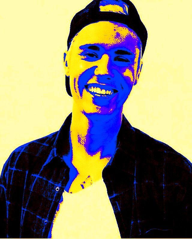 Hier heb ik de afbeelding door middel van kleuren aangepast. De kleuren versterken de emotie. Op internet heb ik gezocht welke kleuren een blije emotie versterken. Ook heb ik gekeken welke andere kleur erbij de gele kleur (blij) past. Hierbij heb ik gekozen voor de kleur paars/blauw. Dit vind ik zelf wel wat hebben omdat het tegengestelde kleuren zijn en het een levendig effect geeft aan de afbeelding en emotie.